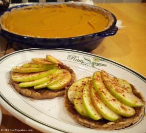 Raw & vegan Thanksgiving pie & apple tarts